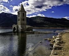 Vista del pantano de Sau con la iglesia semi-sumergida en el agua