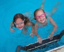 Juegos en la piscina Intex