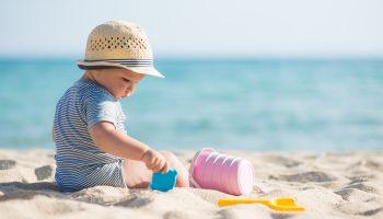 Consejos para el primer día de playa de tu bebé