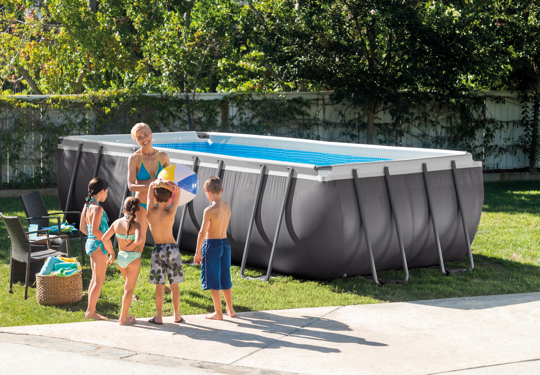 Niños que van a bañarse en una piscina desmontable INTEX