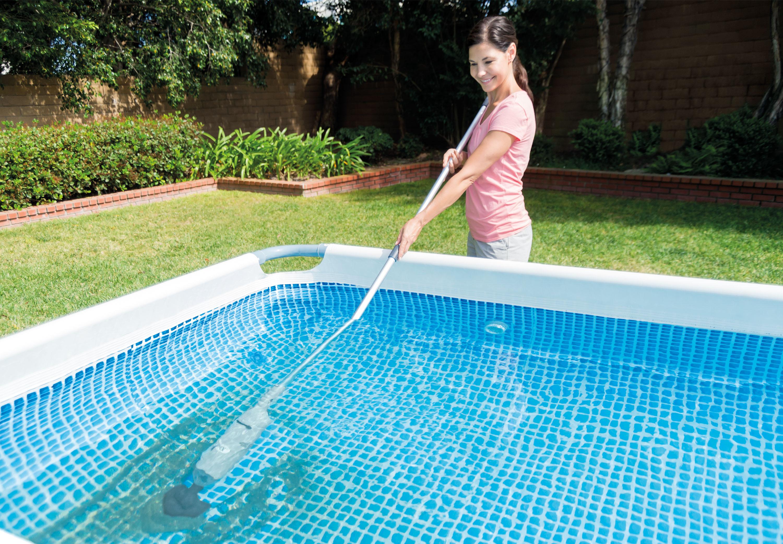 Mantenimiento de piscina con limpiafondos