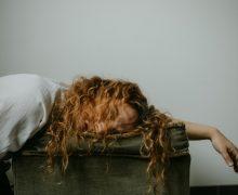 mujer que está durmiendo mal